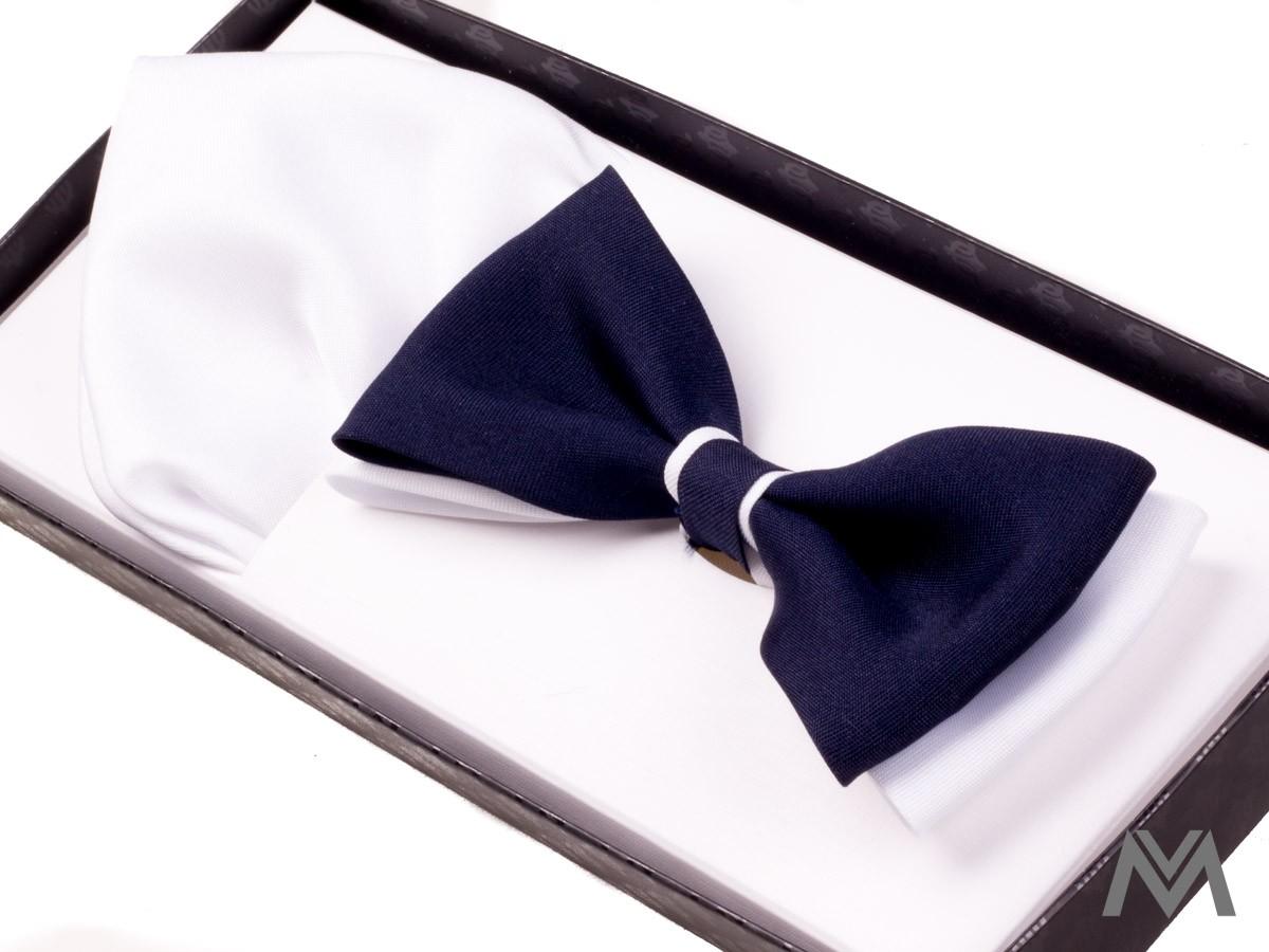 Pánsky motýlik v tmavo modrej farbe, k motýliku je pribalená aj vreckovka do saka.