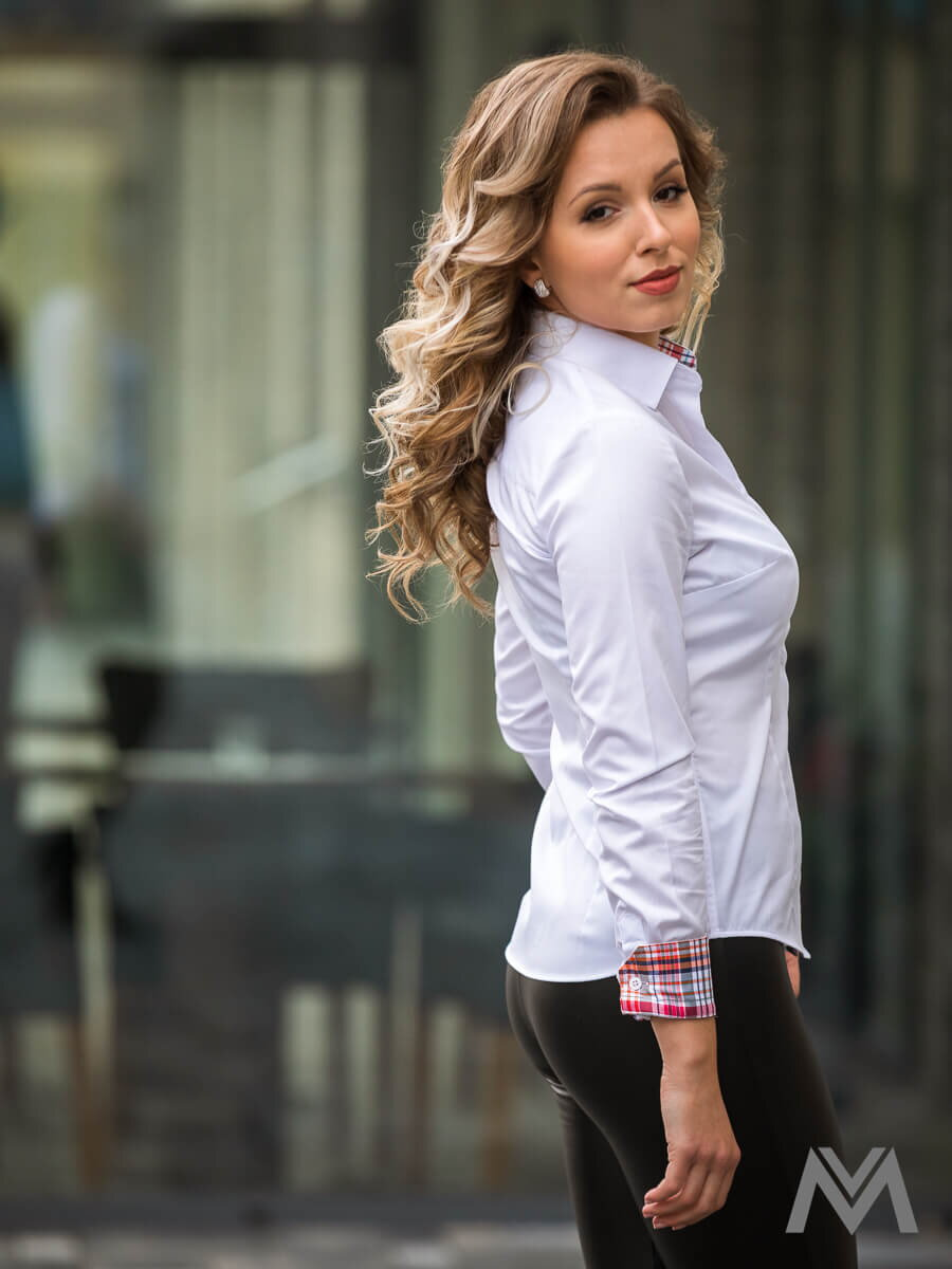 65d54674f394 Biela dámska košeľa karo Slim Fit VS-DK1871