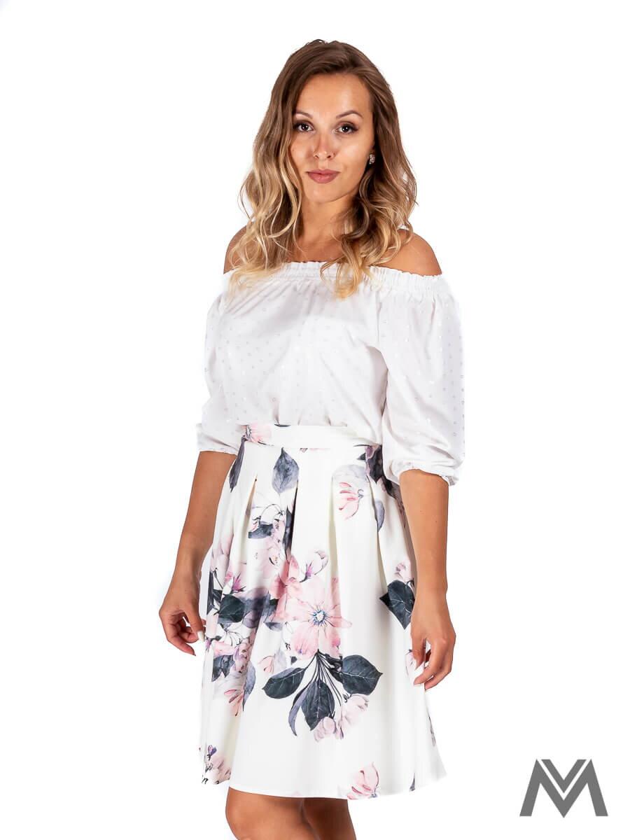 031c6a4fa40c Skladaná dámska sukňa v bielej farbe s ružovým kvetom