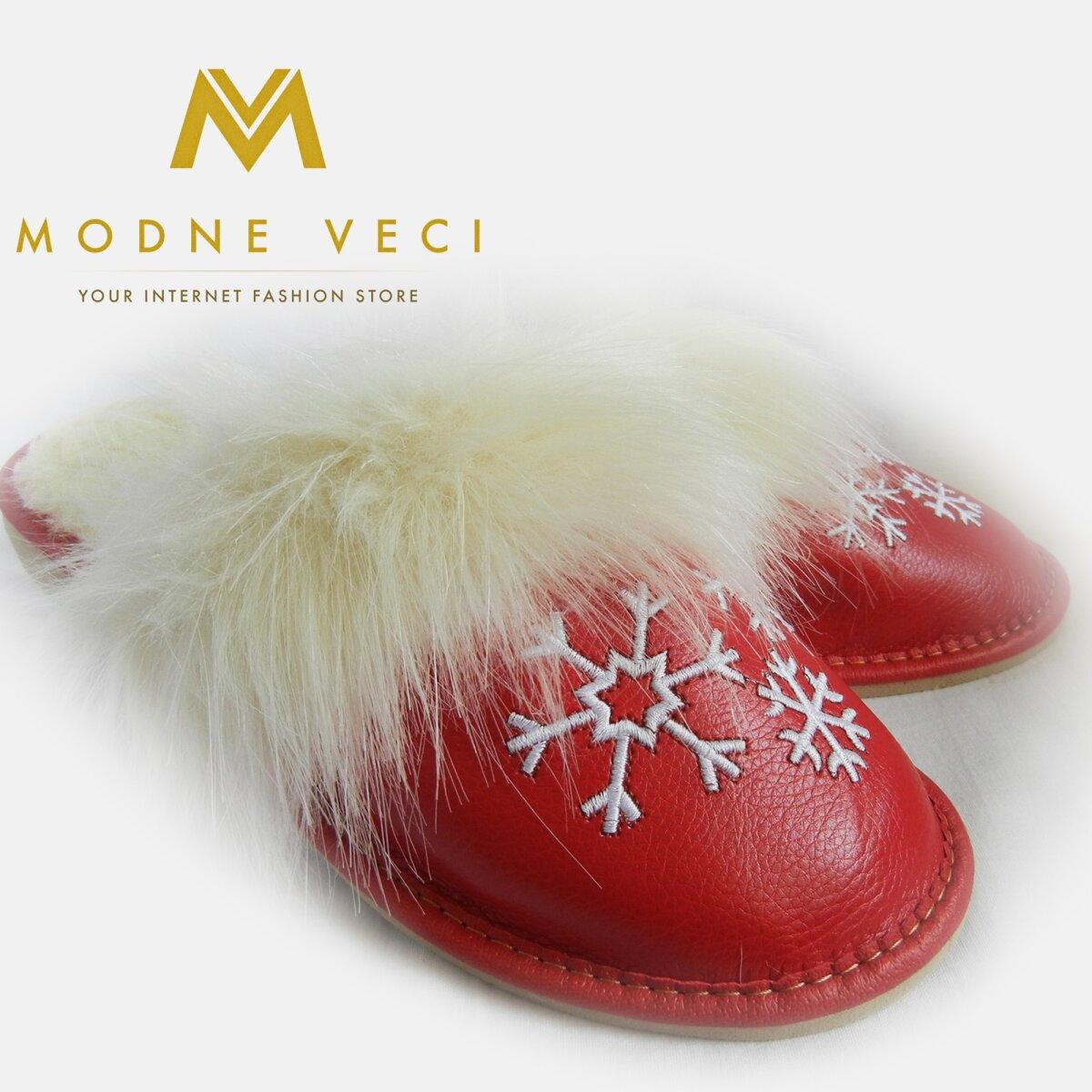 Kožené papučky v červenej farbe s bielou výšivkou. Okolo sa nachádzajú biele vlásky. Vnútro sú oteplené. S otvorenou pätou.